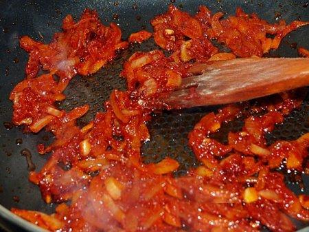 лук с томатной пастой