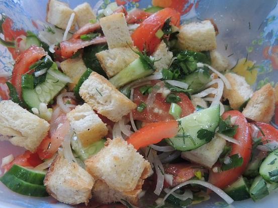 Простой овощной салат с хлебными гренками на скорую руку душевный рецепт с фото