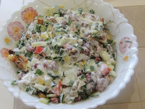 Салат из фасоли и из того, что было в холодильнике