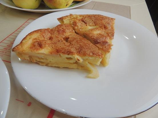 Шарлотка на молоке с яблоками