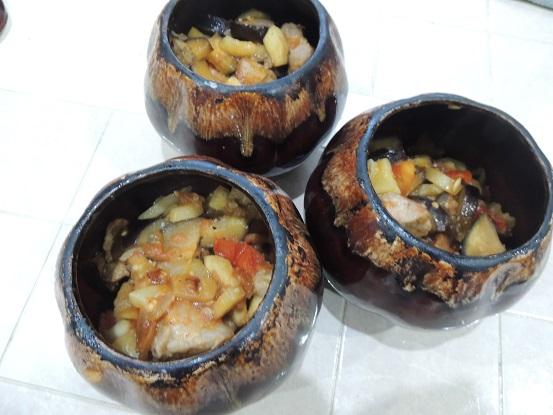 Жаркое из свинины с овощами приготовленное в горшочках