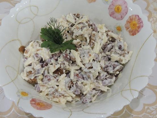 salat-iz-kolbasnogo-syra-i-krasnoj-fasoli