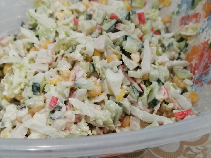 vkusnyj-salat-iz-pekinskoj-kapusty-i-krabovyh-palochek